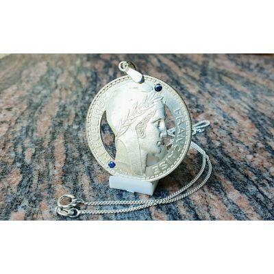 Pendentif en argent à partir d'une pièce de 20 Francs Turin découpée a la main serti de 2 saphirs
