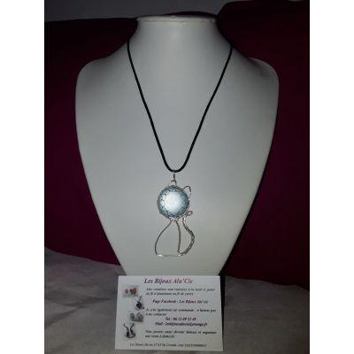 Collier pendentif chat avec perle bleu