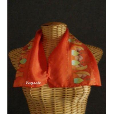 Echarpe en soie orangé mandarine, fleurs stylisées
