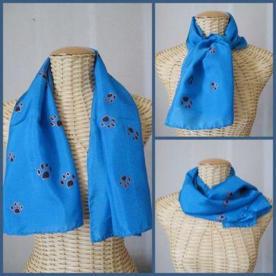 Echarpe en soie bleue, motifs pattes de chat