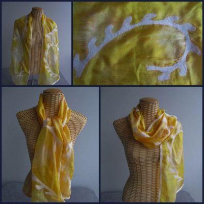 Echarpe en soie jaune d'or avec motifs feutre blanc