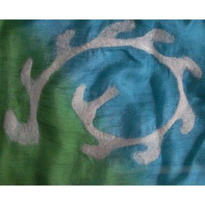 Echarpe en soie bleu et vert, motifs feutre blanc