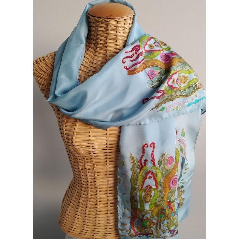 Echarpe en soie bleu ciel avec fond marin