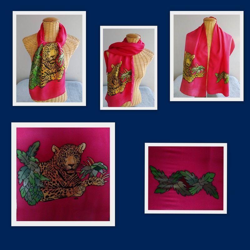 Echarpe en soie, jaguar sur fond rouge