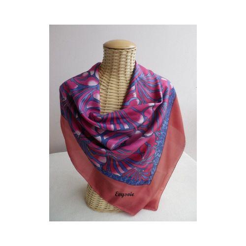 foulard en soie, peint à la main,volutes bordeaux sur fond bleu