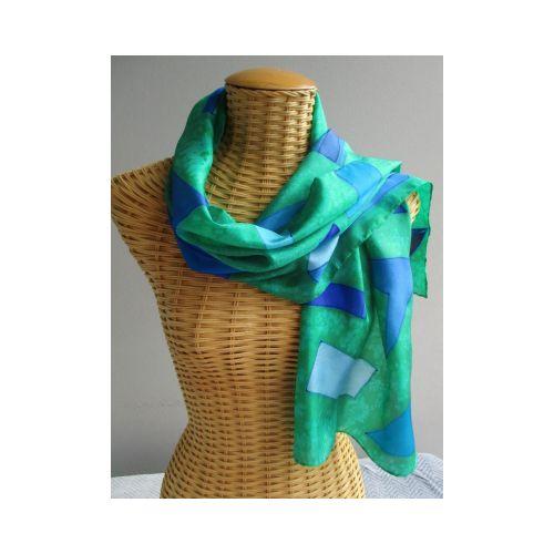 Echarpe en soie, fond vert, dessins géométriques bleus